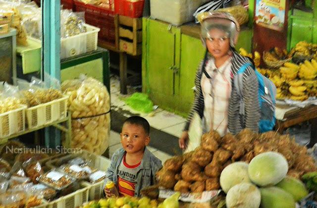 Dua anak yang sedang tadi berlarian di los pasar Gede lantai dua