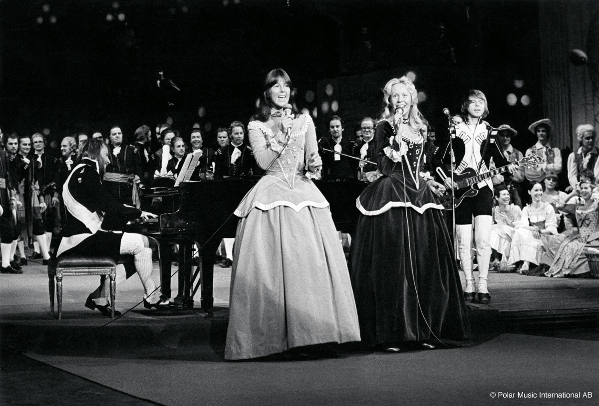Abbafanatic abba royal performance of dancing queen 40 for Performance house