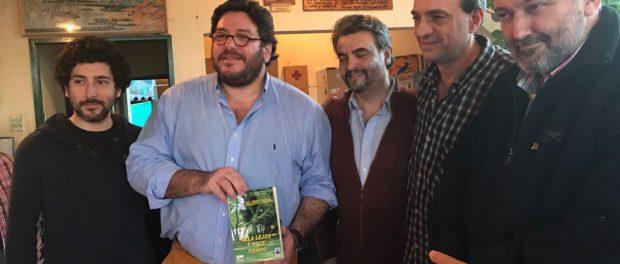 El Ministro de Cultura Pablo Avelluto, con el libro en la mano, visita al Museo Hudson