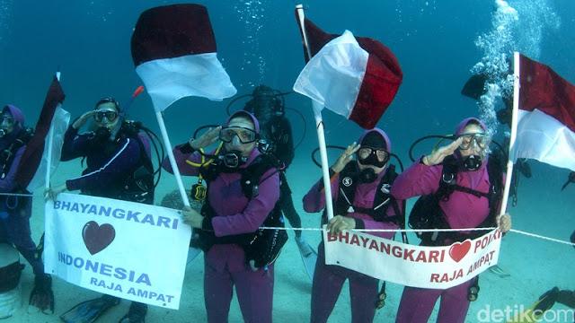 Istri Kapolri Tito Pimpin Bhayangkari Upacara HUT RI di Bawah Laut Raja Ampat