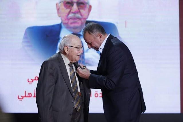 الأهلي يكرم المستشار محمود فهمي في احتفالية كبيرة ويمنحه القلادة الذهبية