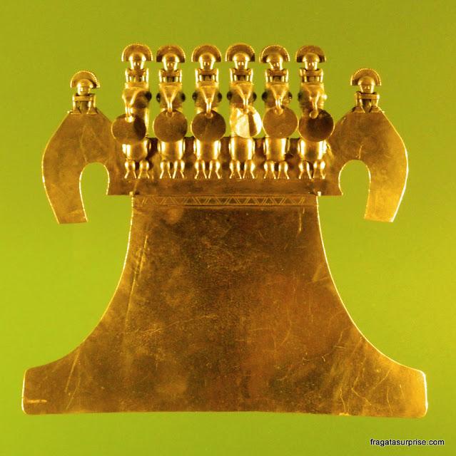 Adorno de cabeça exposto no Museu do Ouro de Bogotá, Colômbia