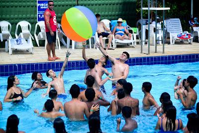 Colônia de Férias do Sesc recreações com as crianças na piscina