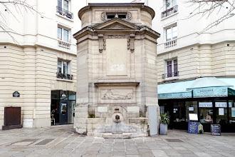 Paris : Fontaine des Haudriettes, monumentalité néoclassique à l'angle des rues des Archives et des Haudriettes - IIIème