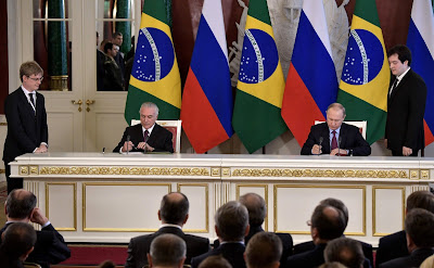 Vladimir Putin and Michel Temer signing bilateral documents following Russian-Brazilian talks.