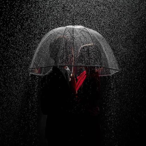 La scienza dice: camminare sotto la pioggia ti rende più sano