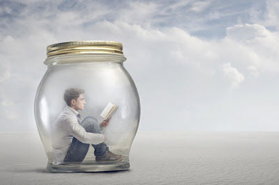 Penarikan Sosial : Menjadi tertutup, dingin, egois, terasing dari orang lain, dsb.