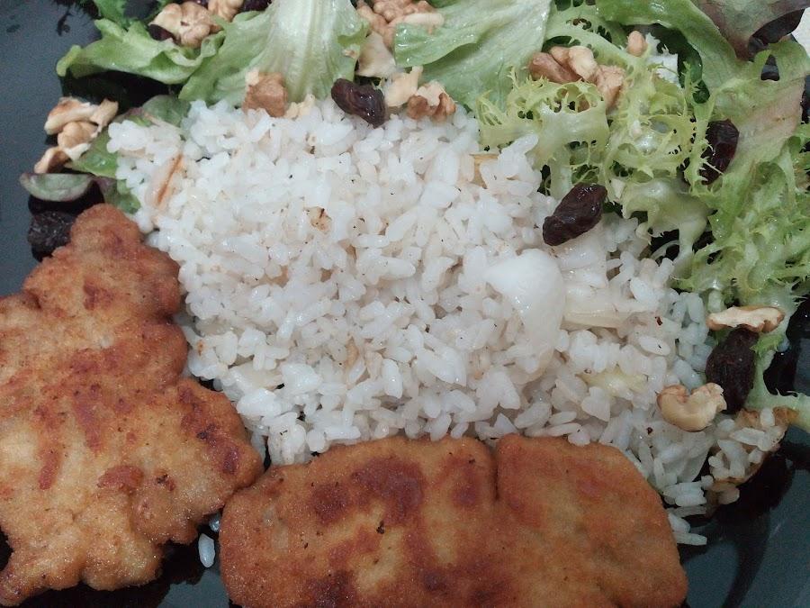 Plato combinado con ensalada de temporada, arroz con cebolleta y escalopines empanados