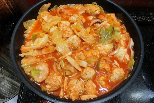 鶏肉に火が通り、キャベツがやわらかくなったら木べらで混ぜ合わせ、15分程度煮込んだら火を止めます。