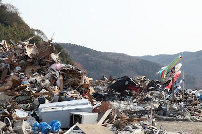 地震によって壊滅した街に掲げられた鯉のぼり