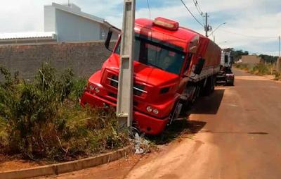 Caminhoneiro não aciona o freio de mão e carreta bate em poste