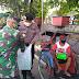 Polisi dan TNI Berkeliling Wilayah Membagikan Nasi Kotak Untuk Warga Terdampak Covid-19