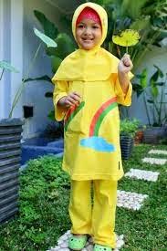 anak kecil cantik memakai busana muslim kuning