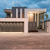 Fachada de casa contemporânea cinza e branca com muro e iluminação decorativa!