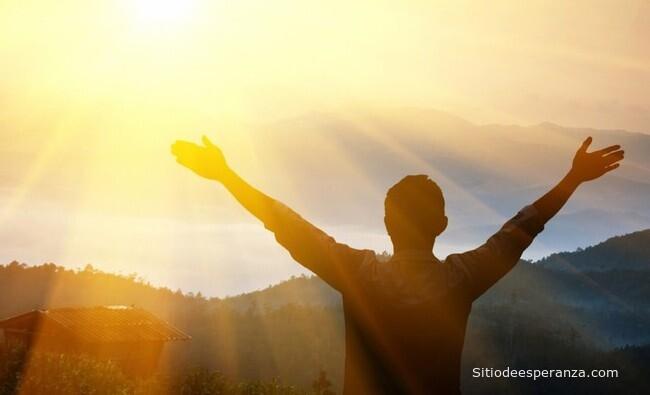 Joven siguiendo a Jesús mira el horizonte