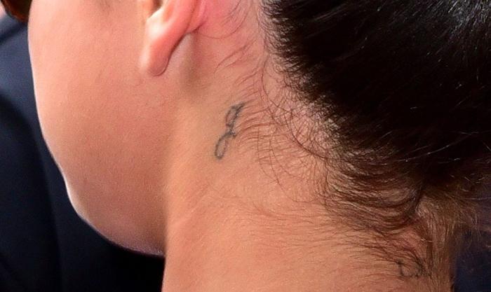 selena gomez tatuagem pescoço
