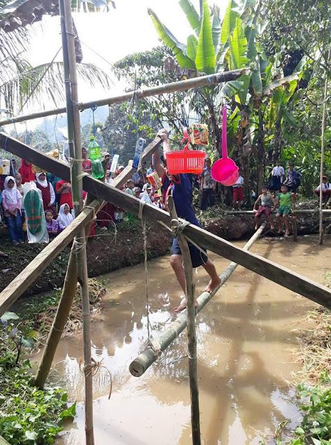 permainan-pukul-bantal-hut-desa-girimukti-cisewu