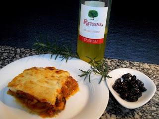 Moussaka griega, vino de Retsina y aceitunas Kalamata.