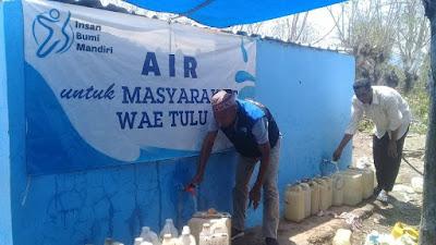 Pemasangan pipa untuk mengalirkan air ke pemukiman warga Wae Tulu telah rampung