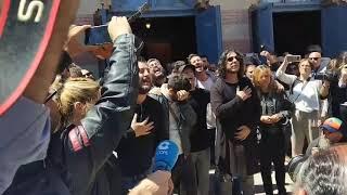 Despedida a Juan Carlos Aragon en las puertas del Falla por su Comparsa
