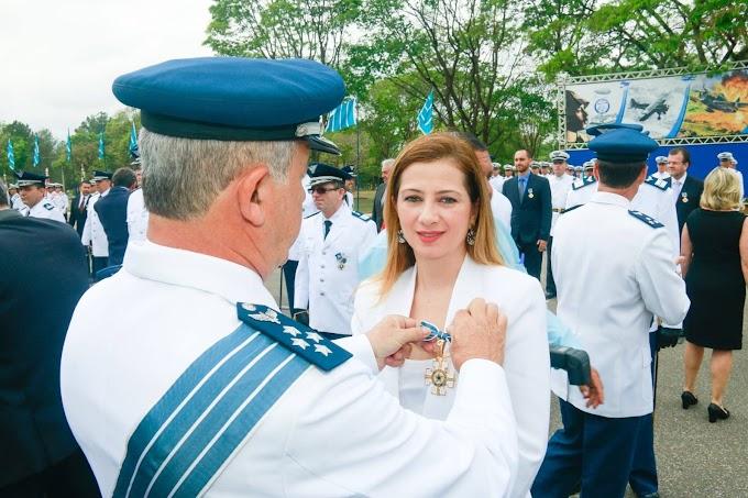 Sandra Faraj recebe medalha da Aeronáutica