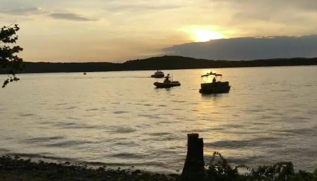 17 dead as tourist boat sinks in US lake