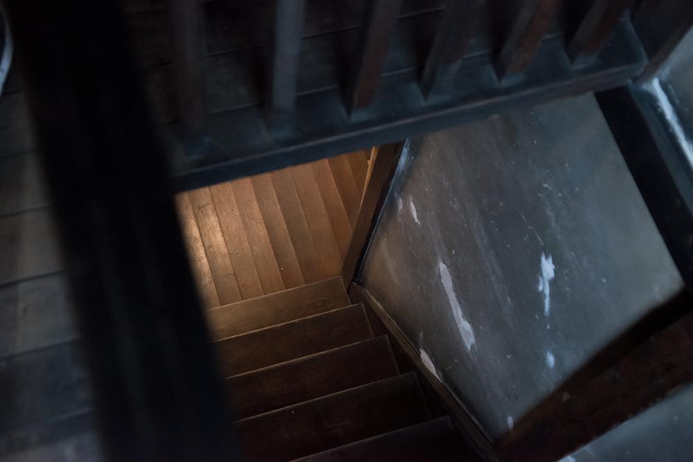上野桜木あたり1階へつづく階段