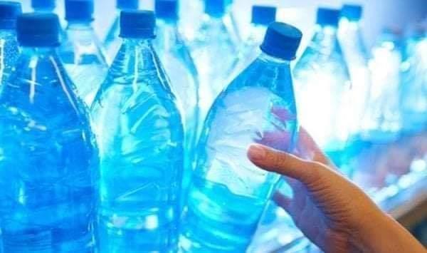 """#هام  مياه معدنية غير صالحة للاستهلاك تباع في الأسواق كشفت المنظمة الجزائرية لحماية المستهلك، اول أمس الأربعاء، عن منع تسويق حصص من 05 علامات تجارية للمياه المعدنية، بسبب عدم مطابقتها، وفقا لتحاليل أجرتها مصالح وزارة التجارة. وحسب ما أعلنت عنه المنظمة في منشور لها عبر صفحتها الرسمية على الفيسبوك، فإن الحصص الممنوعة من التسويق هي كل من علامة """"ناستلي""""، """"موزاية""""، """"لالة خديجة"""" ومياه """"سيدي راشد""""، بالإضافة إلى صحتين من """" الجدار"""". وتقتصر هذه الحصص على """"نستلي"""" المنتجة في 5 جويلية 2019 وتنتهي صلاحيتها في 4 جويلية 2020، """"موزاية منتجة في 4 أوت الماضي وتنتهي صلاحيتها في 3 أوت 2020، أما """"لالة خديجة"""" فقد تم إنتاجها في 13 أوت 2019 وتنتهي صلاحيتها في 12 أوت 2020، وأخيرا """"سيدي راشد"""" والتي أنتجت في 14 أوت 2019 وتنتهي صلاحيتها في 13 أوت 2020. كما حذرت من حصتين علامة مياه """"لجدار""""، حيث تحمل الحصة الاولى رقم 268 بتاريخ انتاج 25/02/2019 وتاريخ نهاية الصلاحية 25/09/2019، أما الحصة الثانية فتحمل رقم 175 بتاريخ انتاج 02/10/2019 وتاريخ نهاية صلاحية 02/10/2019، ويأتي ذلك بعد ظهور نتائج تحاليل ايجابية عليهما تمت من مصالح وزارة التجارة.،الجزائر،جمعية حماية المستهلك، اخبار الجزائر،عاجل الجزائر، Algérie,eau en algerie"""
