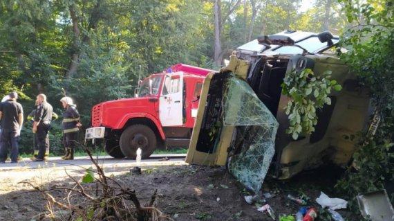 Іномарка влетіла у вантажівку: є загиблі
