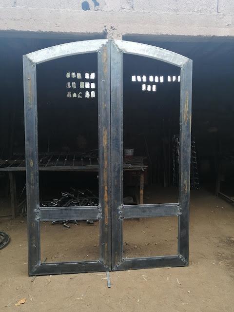 Porte en fer forge décore arbre deux vantaux