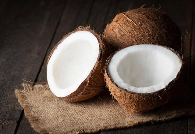 Ngoài lá dừa thì trái dừa khô là nguyên liệu không thể thiếu. Để bánh lá dừa thơm và béo, dừa khô được nạo nhuyễn trộn vào hạt nếp trước khi gói. Nước cốt dừa cũng được hòa cùng để tạo độ bóng sáng cho chiếc bánh sau khi nấu chín.