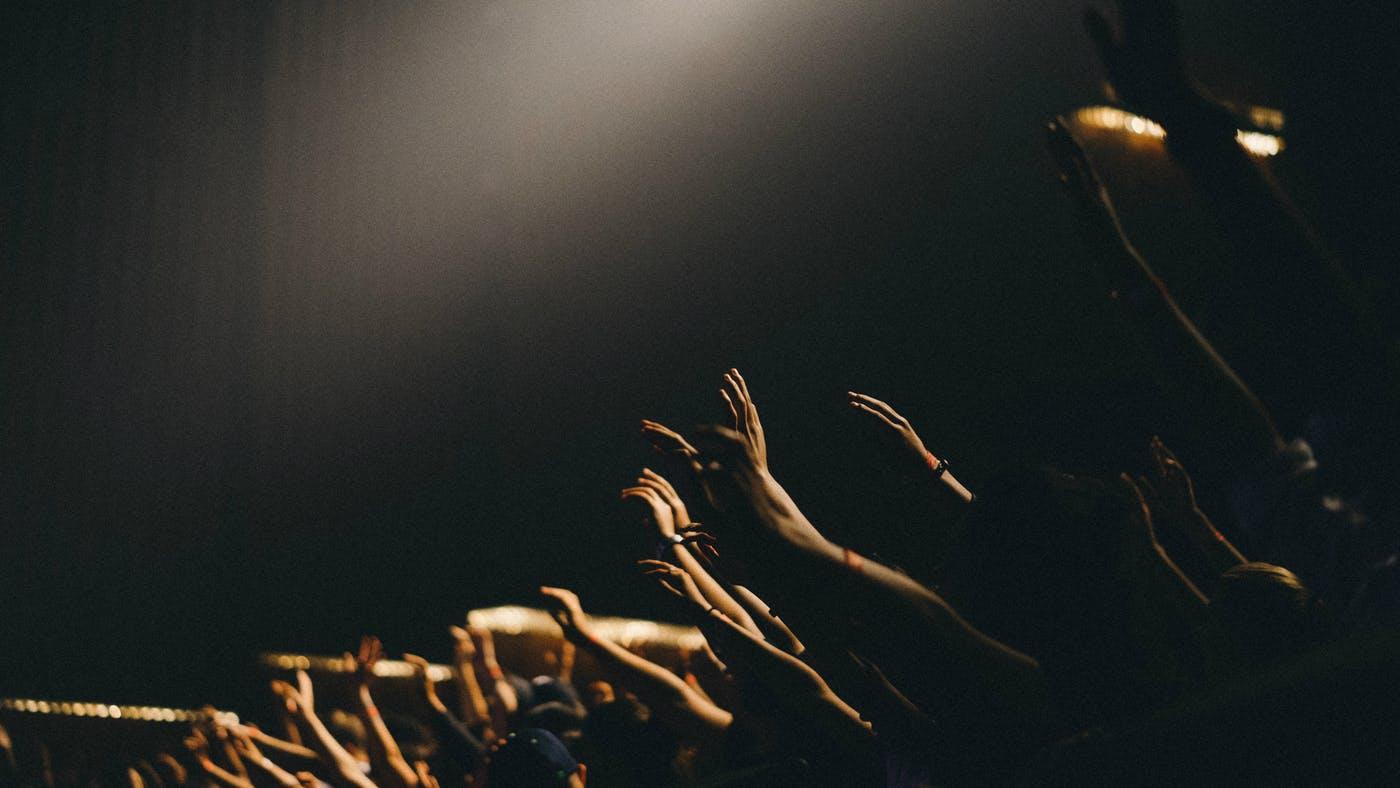 ¿Debemos levantar nuestras manos en la alabanza?