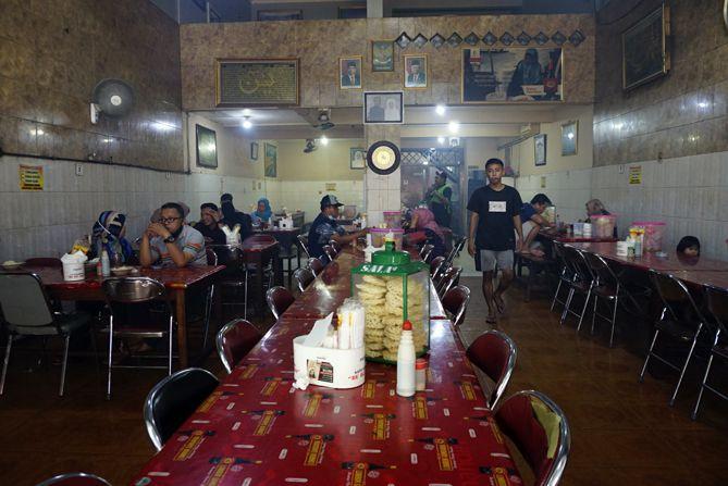 Meja dan kursi di warung sate kambing Bu Hj Bejo