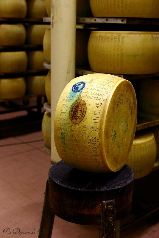 Comment est fabriqué le Parmigiano Reggiano ? Reportage