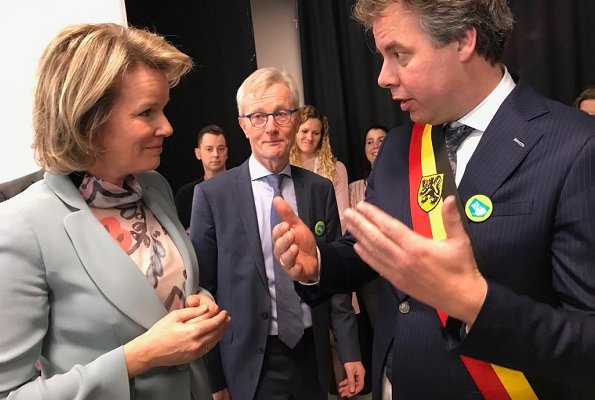 Queen Mathilde wore GIORGIO ARMANI one-button fitted silk blazer. The Queen wore a new suit by Giorgio Armani