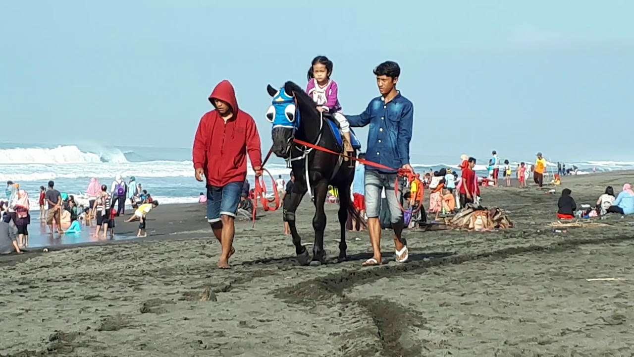 Naik kuda di pantai ambal