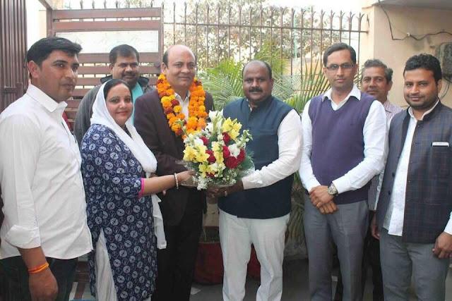 Distribution of checks made by senior Deputy Mayor Devendra Chaudhary to farmers in Bhopani