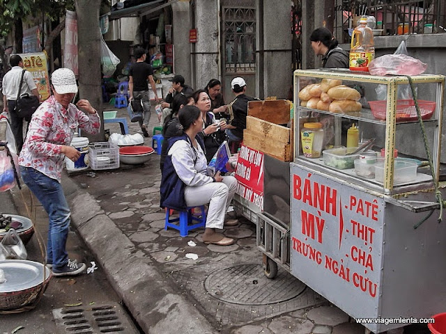 Banquinhos e mesinhas de casinha de bonecaa nas ruas de Hanói