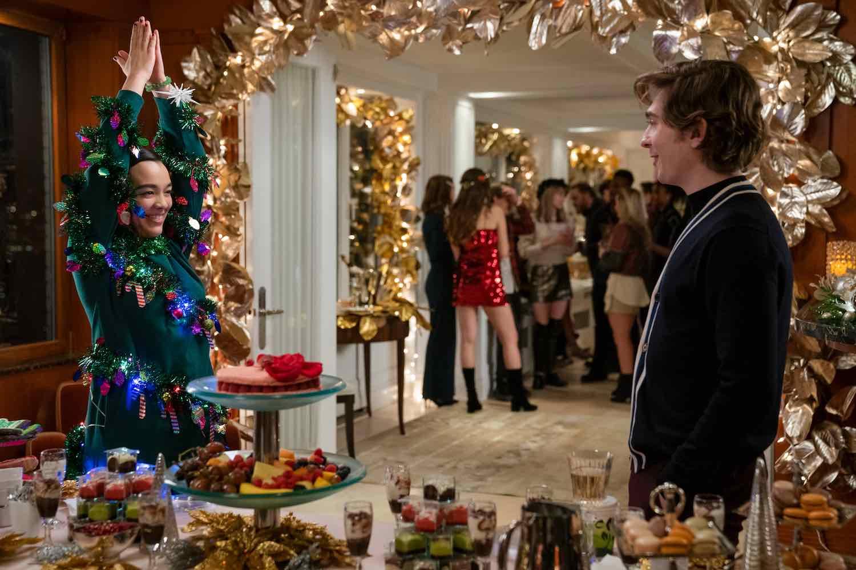 Lily le enseña a Dash su nuevo vestido navideño