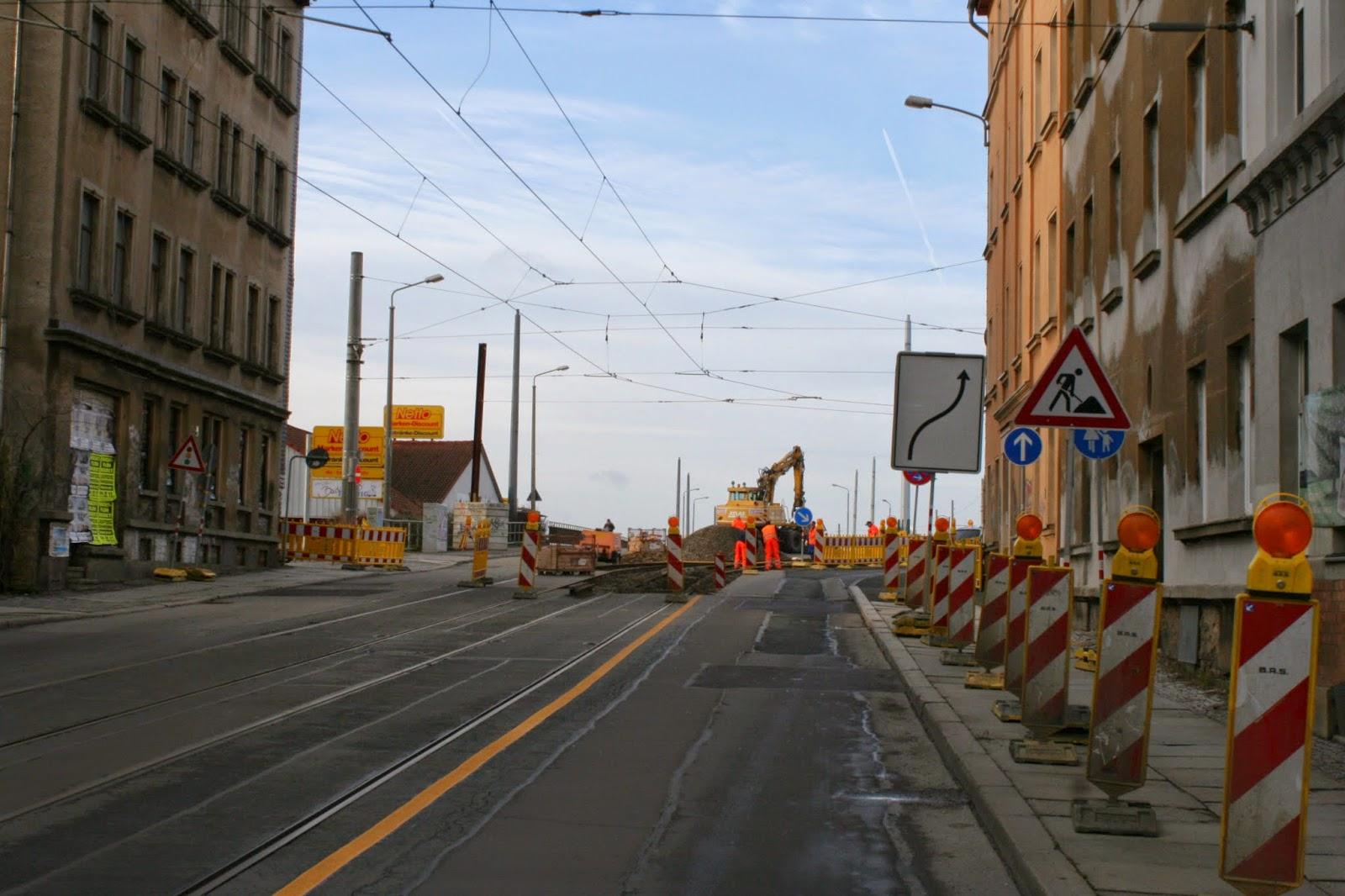 Antonienbrücke 21.12.2014 - Gesperrt für LVB und Fahrzeuge, die Straßenbahnschienen werden umgelegt, sodaß diese auch über den Wall fahren kann