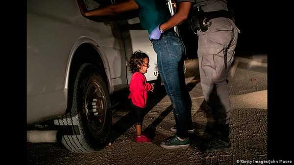 La pequeña niña llorando mientras arrestaban a su madre en la frontera entre México y Estados nidos / foto: John Moore (Getty Images)