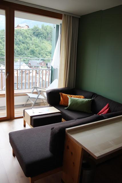 Sitzecke im Zimmer mit Blick über die Dächer von Bad Aussee © Copyright Monika Fuchs, TravelWorldOnline