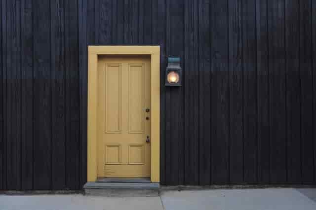 वास्तु के अनुसार घर  के मुख्य दरवाजे को आप 5 प्रकार से शुभ बना सकते है