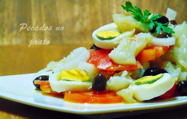 Salada de bacalhau enriquecida com tomate e ovos