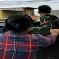 Heboh Wanita Berbaju Kotak-Kotak Naik Panser TNI yang Mau Copot Baliho Habib H-R5, Warganet Curiga