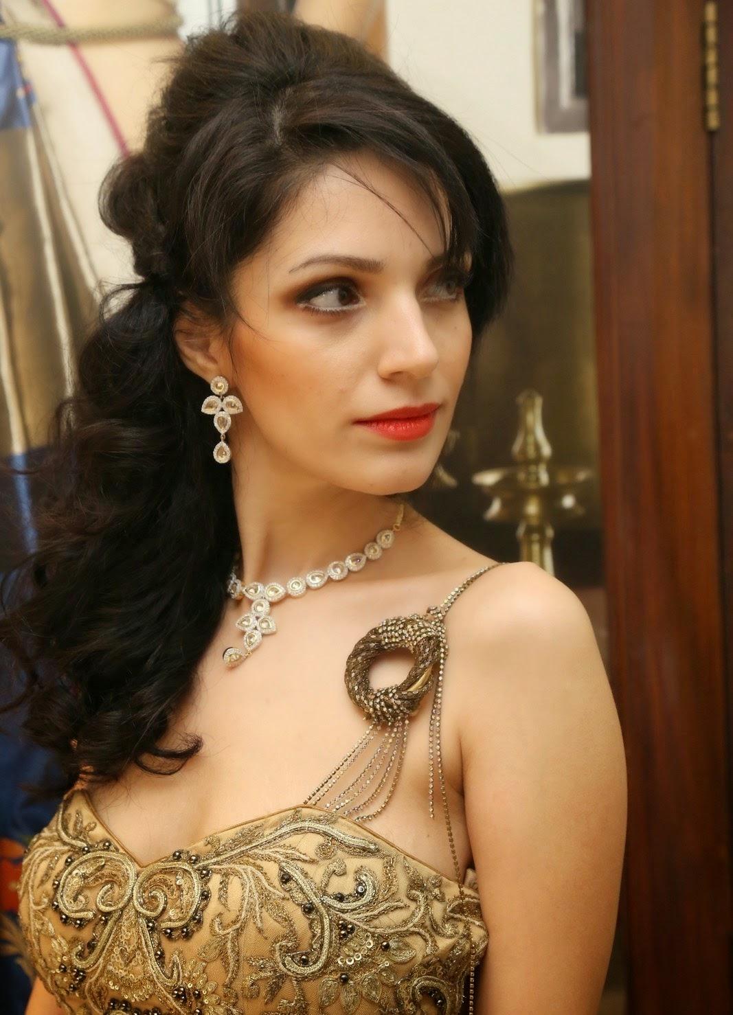 Cleavage Clara Bindi nude (49 photo) Hot, Facebook, braless