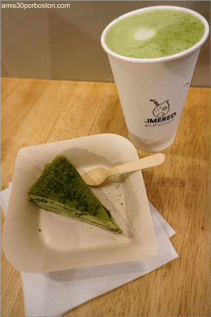 Matcha Latte con una tarta de crepes de matcha en el LimeRed Teahouse