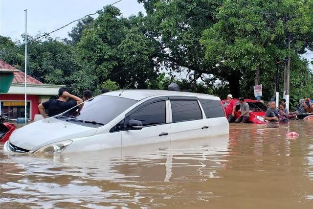 Surabaya Saja Banjir, Risma Mau Urus Jakarta?