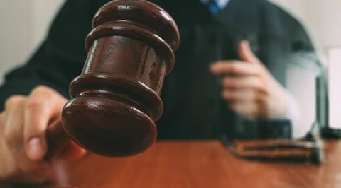 Gondatlanságból elkövetett emberölés miatt 5 év próbaidőre felfüggesztett 2 év fogházra ítélték az apci nőt