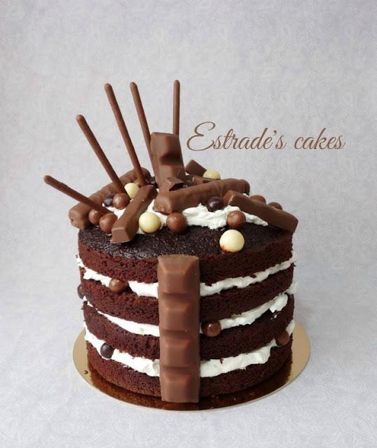 tarta desnuda de chocolate y nata con muchas chocolatinas 3